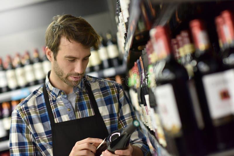 Vinspecialist på supermarket arkivfoto