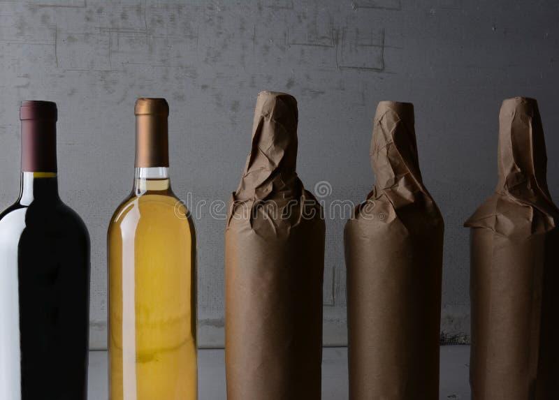 Vinstilleben slogg in flaskor royaltyfria bilder
