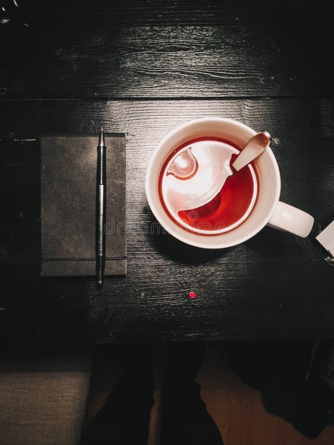 Vintag czerni stół z owocową herbatą i dziennym planistą dla pracy obrazy stock
