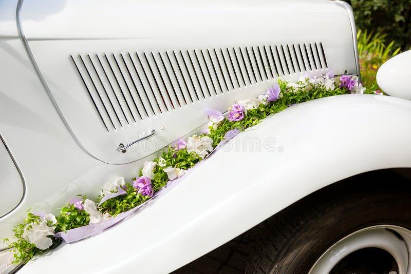 Vintage épousant la vieille voiture photographie stock
