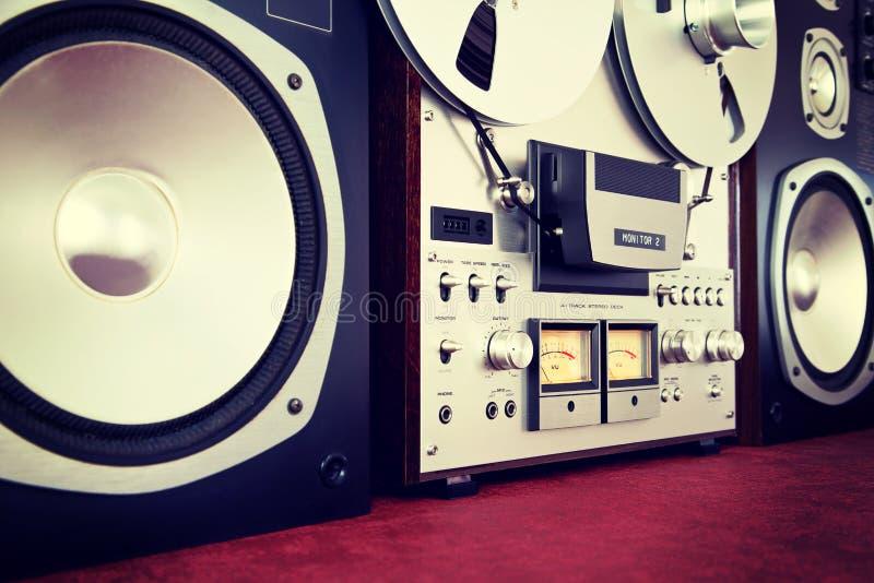 Vintage aberto do registrador da plataforma de fita do carretel do estéreo análogo com oradores foto de stock