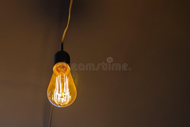 Vintage accrochant l'ampoule d'Edison au-dessus du fond fonc? photos libres de droits