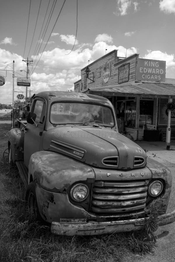 Vintage antiguo Rusty Pickup Truck Black clásico y blanco imagen de archivo