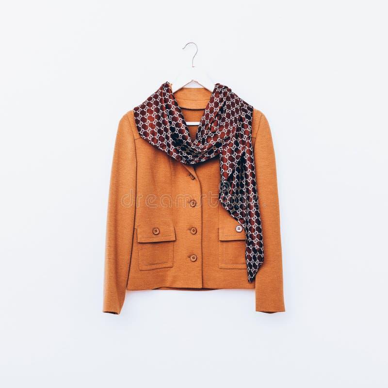 Vintage atractivo Señoras chaqueta y bufanda Sh marrón de la combinación foto de archivo
