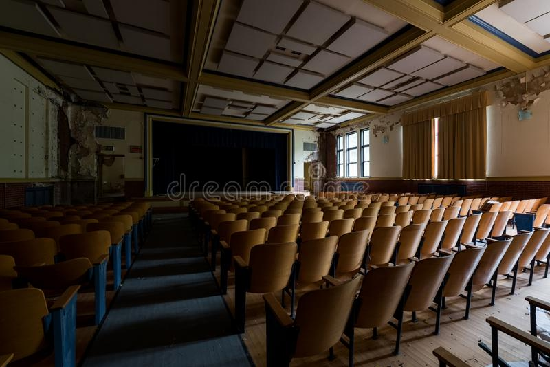 Vintage Auditorium - Abandoned Gladstone School - Pittsburgh, Pennsylvania stock afbeeldingen