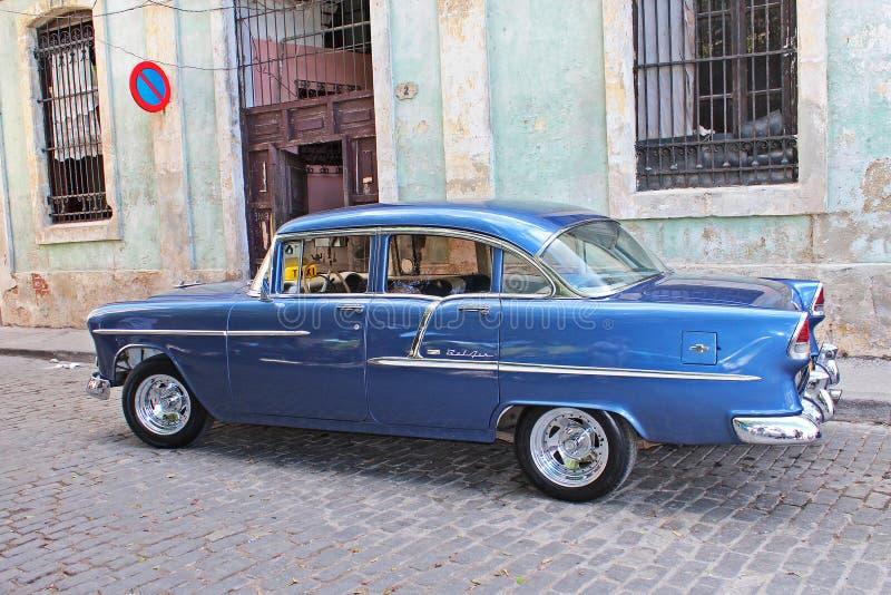 Vintage Chevy Belair på bakgator i Havanna, Kuba arkivbilder