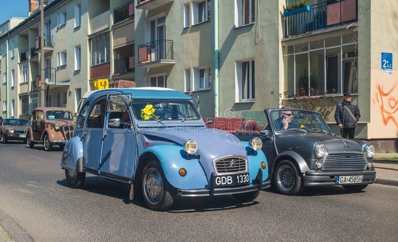 Vintage clásico conducción azul de Citroen 2CV y de Morris Mini Cooper fotografía de archivo