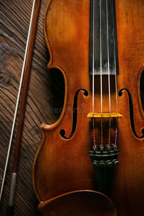 Vintage clásico del violín de la música en fondo de madera imagen de archivo libre de regalías