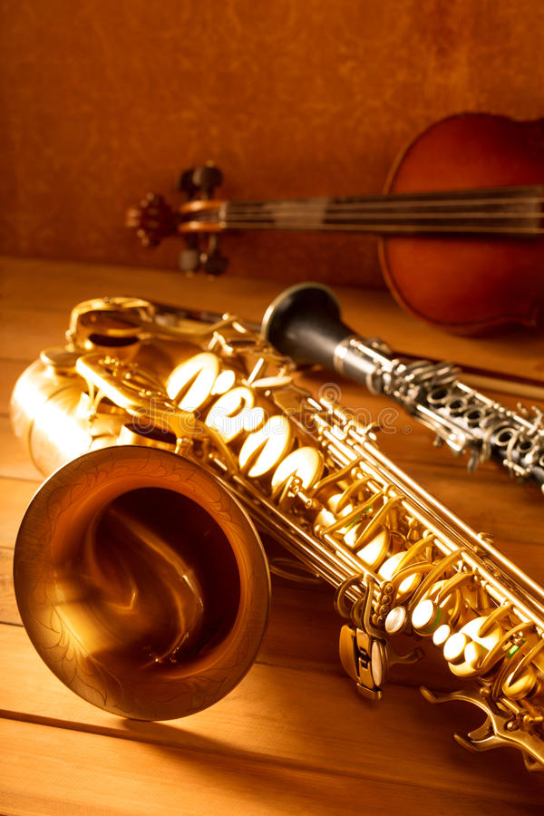 Vintage clásico del violín y del clarinet del saxofón del tenor del saxofón de la música imagenes de archivo