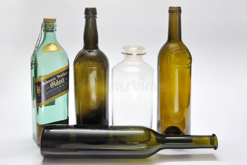 Vintage classico studio di bottiglie di vino girato con fondo bianco Kalyan Maharashtra India immagine stock libera da diritti