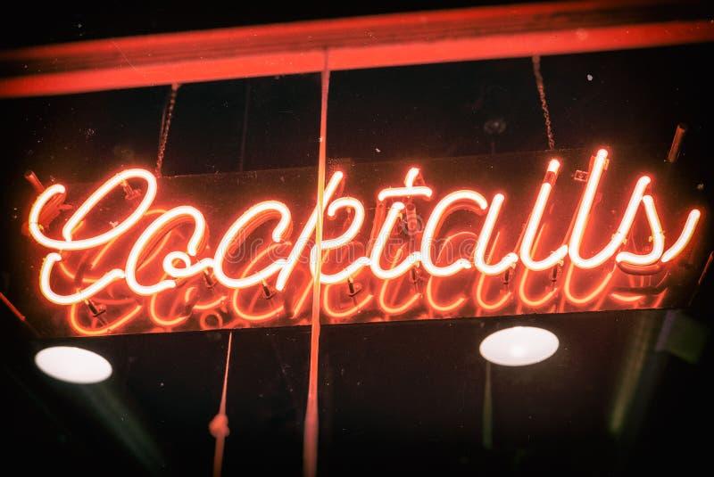 Vintage d'enseigne au néon de cocktails photo libre de droits