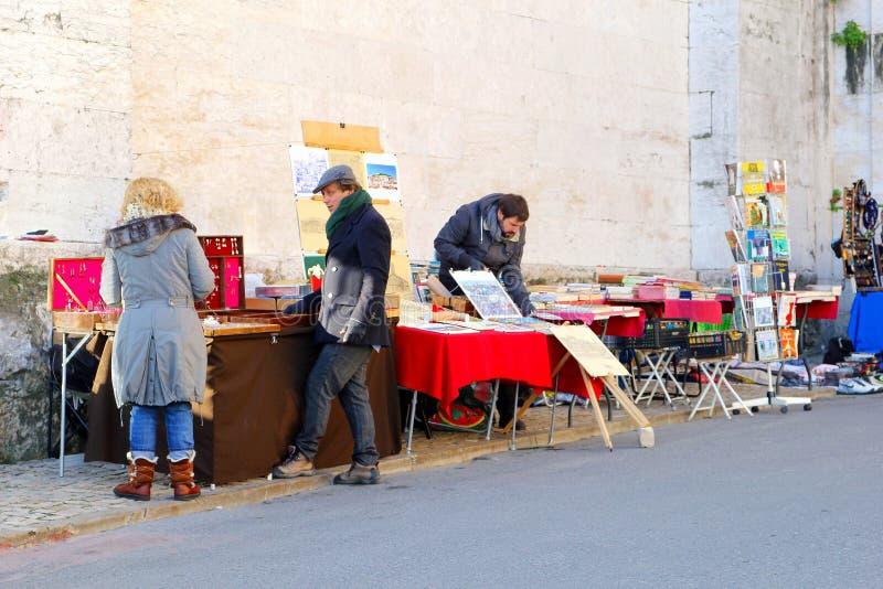 Vintage d'occasion de Feira DA Ladra de marché aux puces, Lisbonne photos stock