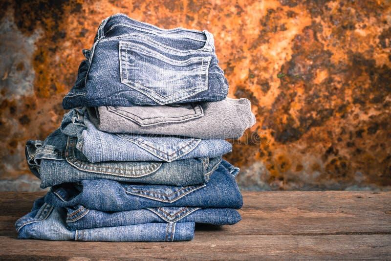 Vintage da pilha das calças de brim imagens de stock royalty free