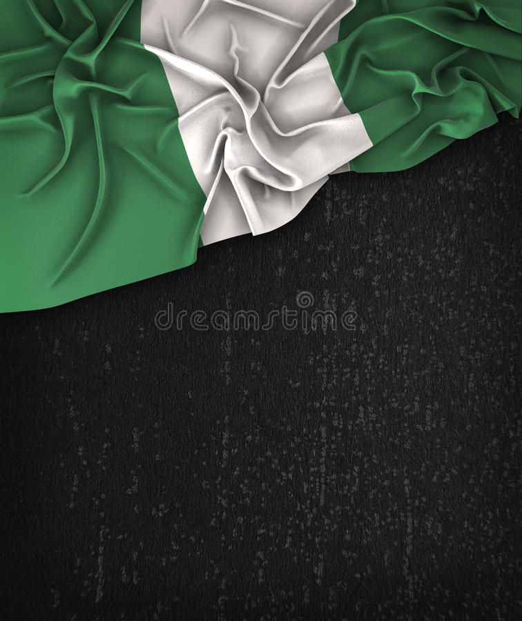 Vintage de la bandera de Nigeria en una pizarra del negro del Grunge foto de archivo libre de regalías
