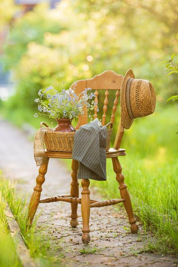 Vintage de madeira no jardim fotografia de stock royalty free