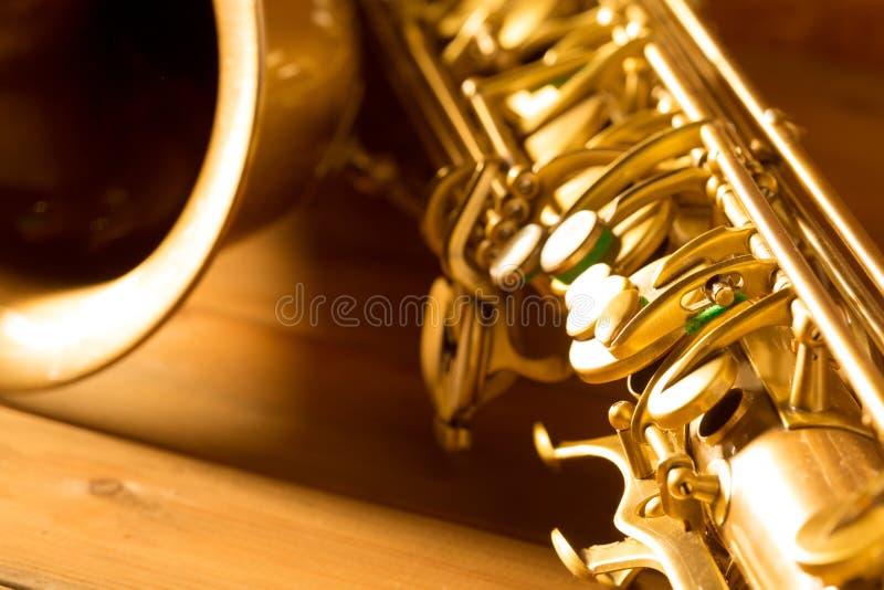 Vintage de oro del saxofón del tenor del saxofón retro imagen de archivo