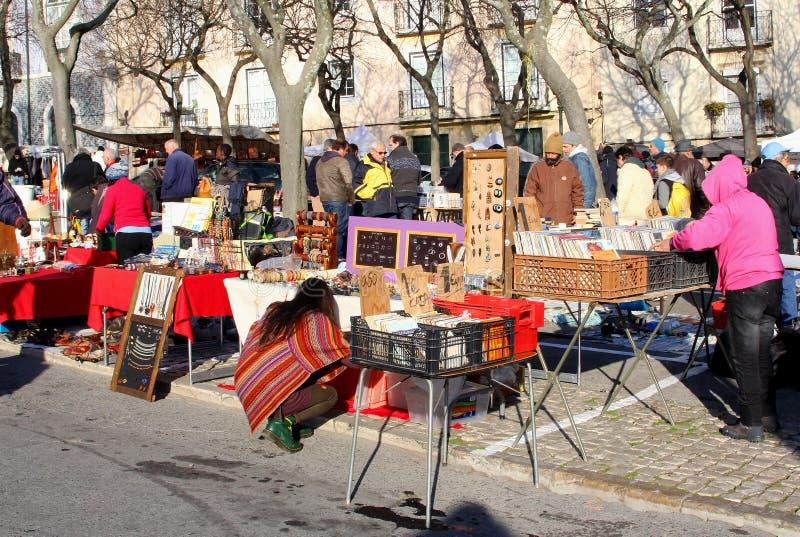 Vintage de segunda mano retro, Lisboa del mercado de pulgas foto de archivo