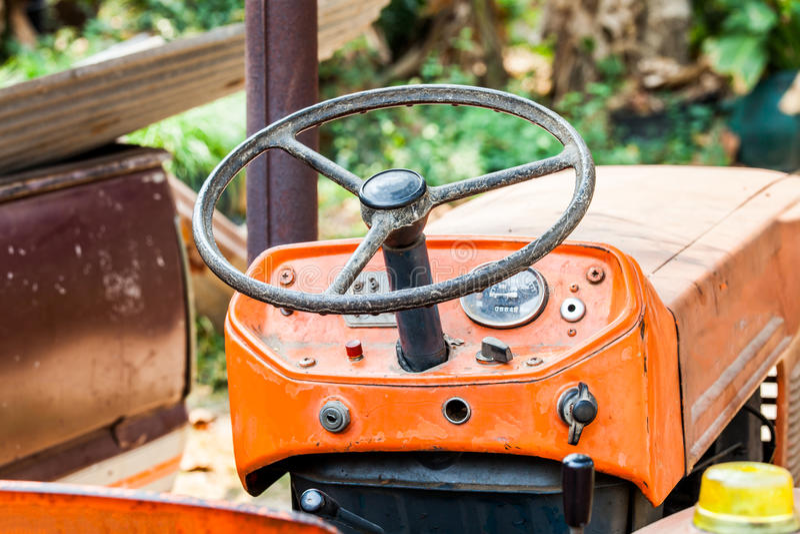 Vintage del tractor de granja del volante fotografía de archivo libre de regalías