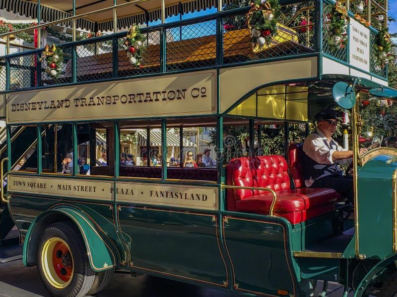 Vintage Double Decker bus vid Disneyland, Anaheim royaltyfri fotografi