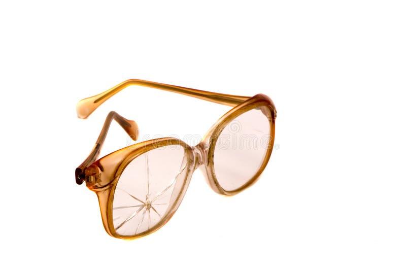 Vintage e eyeglasses quebrados isolados no branco imagens de stock royalty free