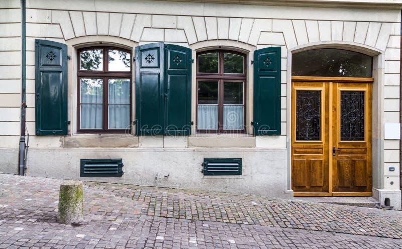 Vintage European style building facade met deur en ramen in Zürich, Zwitserland stock afbeeldingen