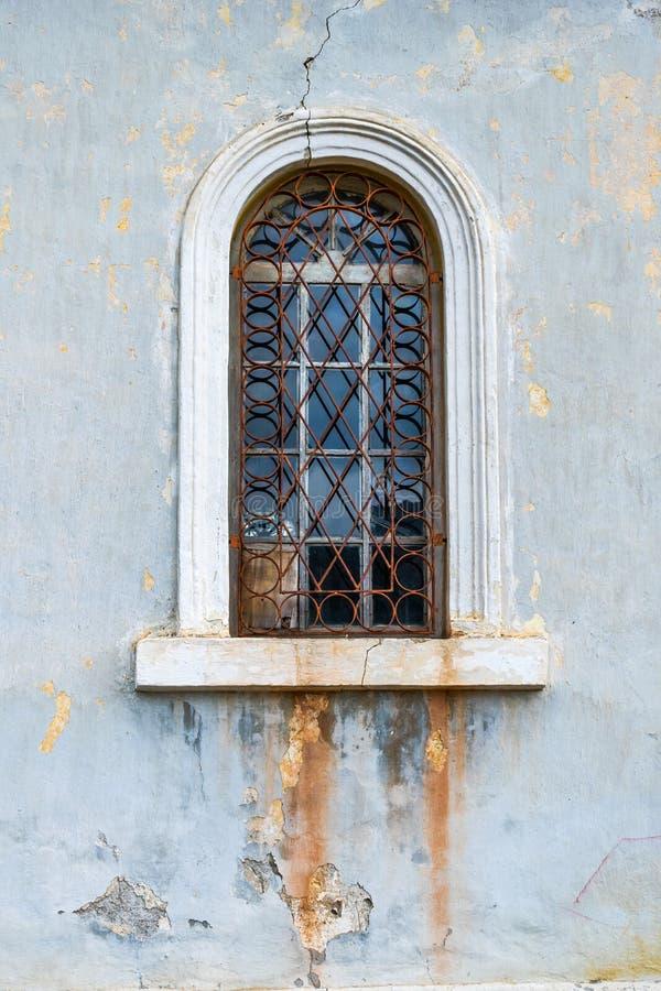 Vintage-fönster i en gammal kyrka royaltyfri fotografi
