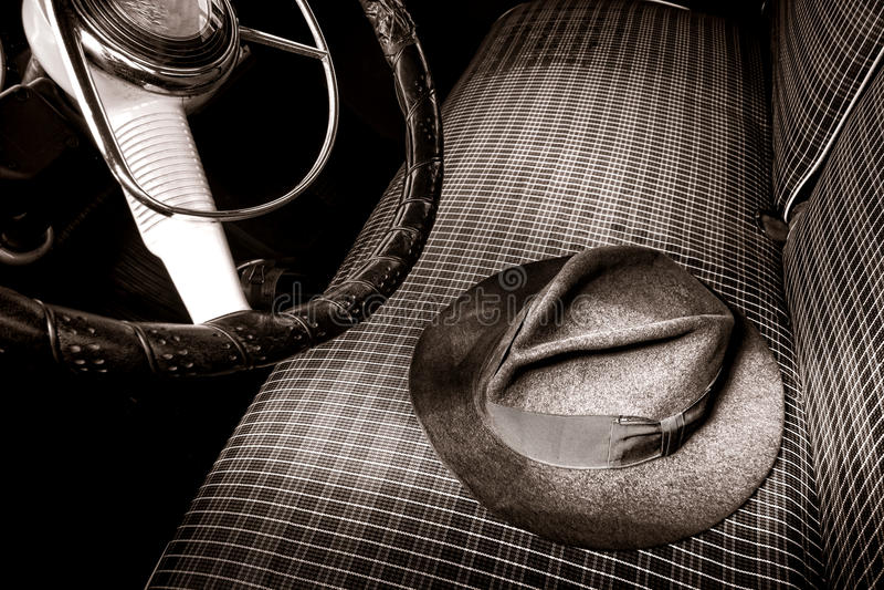 Vintage Fedora Felt Hat sur la vieille voiture ancienne Seat photo stock
