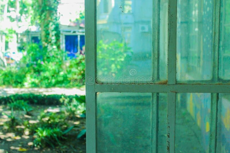 Vintage Fer Window Jardin Vert Belle Place images stock