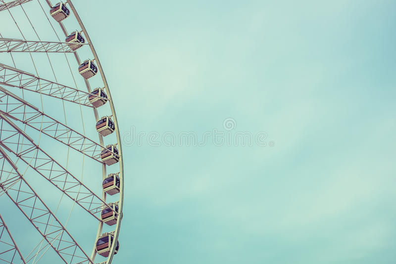 Vintage Ferris Wheel Over Blue Sky retro em Banguecoque, Tailândia foto de stock royalty free