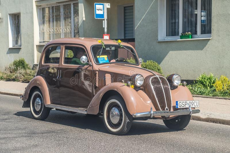 Vintage Fiat marrom italiano 1500 que conduz imagem de stock