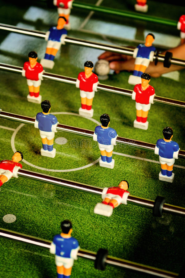 Vintage Foosball, fútbol de la tabla o juego del golpeador del fútbol imagenes de archivo