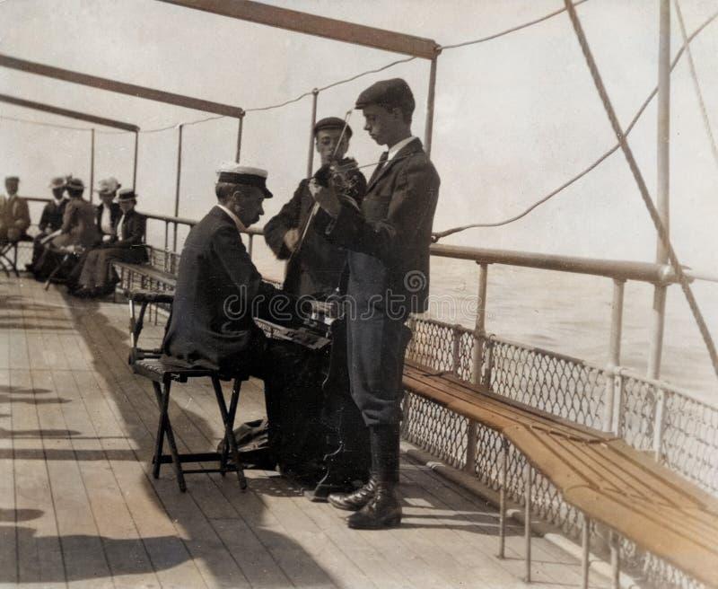 Vintage 1899 Foto - Músicos no Conway para Liverpool Excursion Steamer foto de stock
