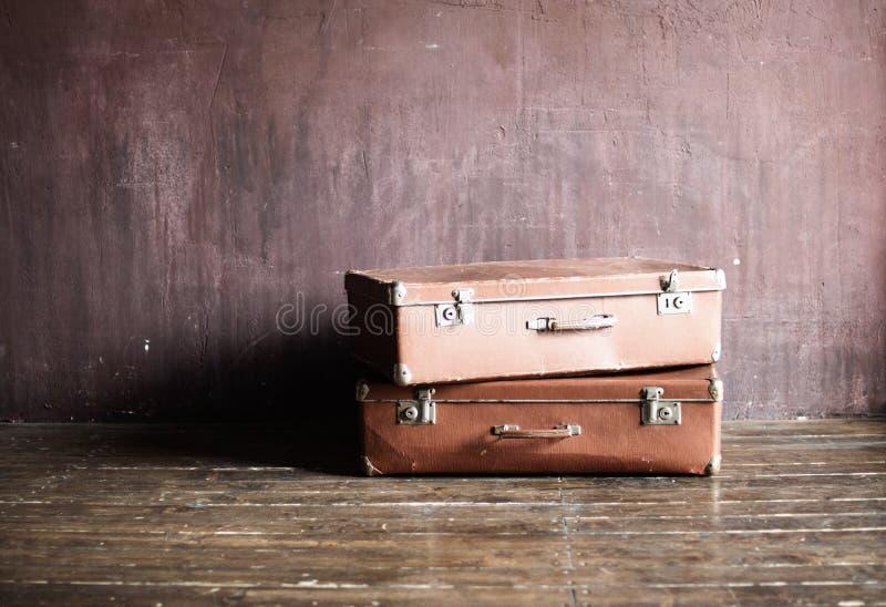 Vintage gasto curso antigo empilhado das malas de viagem fotografia de stock royalty free