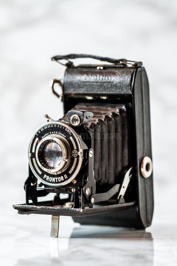 Vintage Gauthier Calmbach, aprisa cámara de plegamiento en Backg de mármol fotografía de archivo
