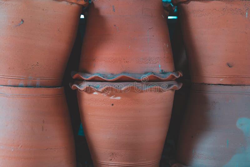 Vintage handgjorda eller handdatorer av lerkruka eller lerkruka avsedda att säljas som souvenir på marknaden för vintage float royaltyfri fotografi