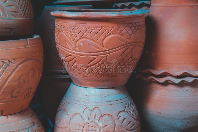 Vintage handgjorda eller handdatorer av lerkruka eller lerkruka avsedda att säljas som souvenir på marknaden för vintage float royaltyfria foton