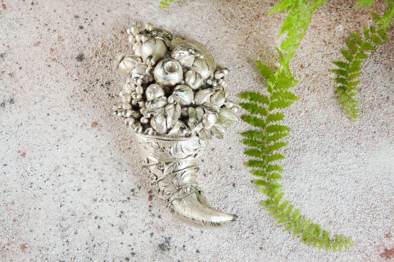 Vintage hoorn van cornucopia op betonnen achtergrond stock fotografie