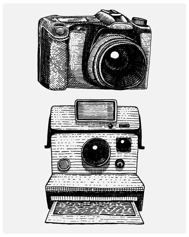 Vintage inmediato y moderno de la cámara de la foto, mano grabada dibujada en bosquejo o estilo del corte de madera, lente retra  libre illustration