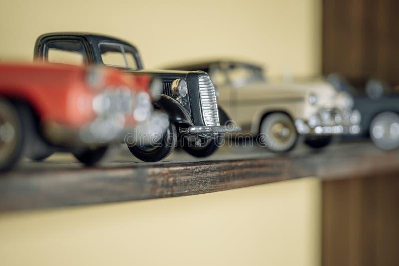 Vintage inspirado Modelos retros del coche en estante Retro diseñó los coches Coches del juguete con diseño retro Vehículos model imagen de archivo