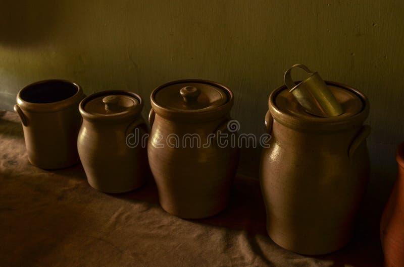 Vintage Kitchen armazena jares em luz natural fotografia de stock royalty free