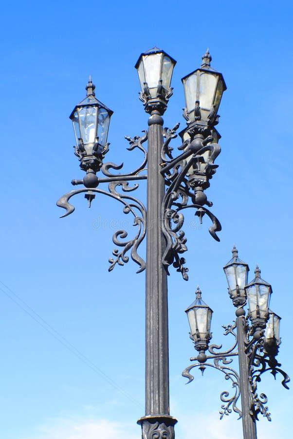 Vintage lantaarns op een achtergrond van blauwe hemel stock foto