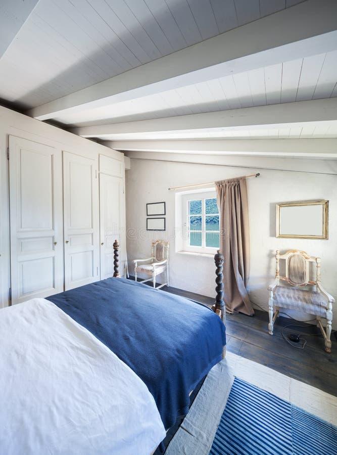 Vintage meublé de maison, chambre à coucher blanche photo stock