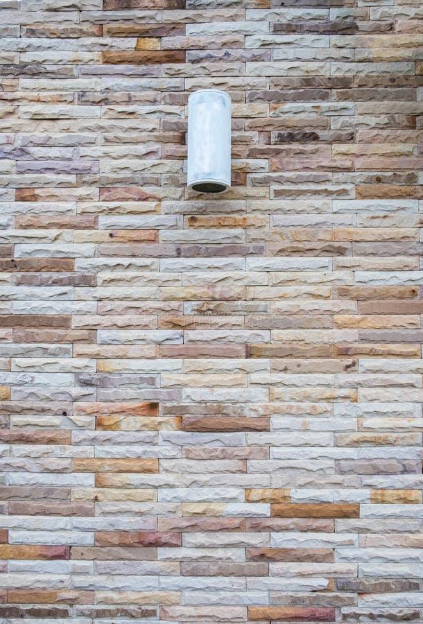 Vintage moderne de mur de briques de tuile avec le fond de lampe image libre de droits