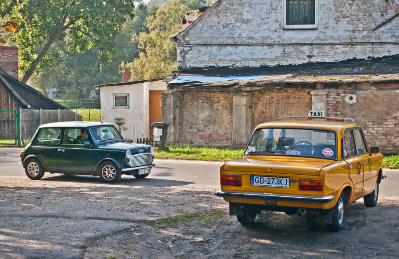 Vintage Morris Mini Cooper y Polski Fiat 125p foto de archivo