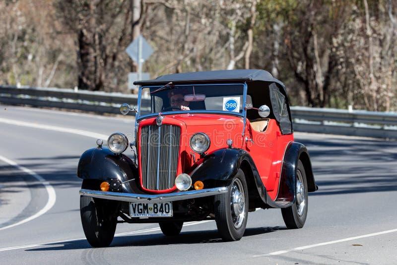 Vintage Morris que conduce en la carretera nacional fotos de archivo libres de regalías