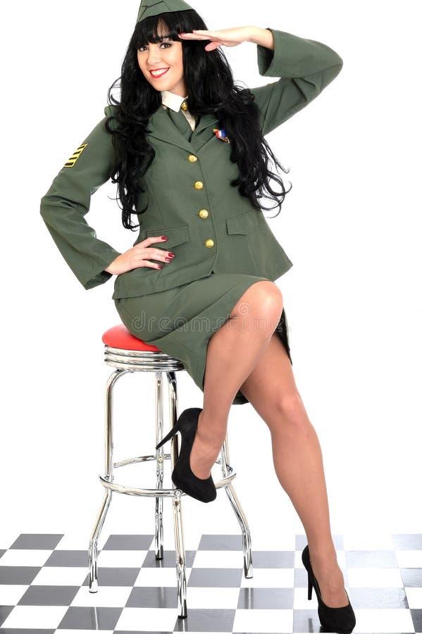 Vintage novo profissional brincalhão atrativo Pin Up Model Posing no uniforme militar imagens de stock