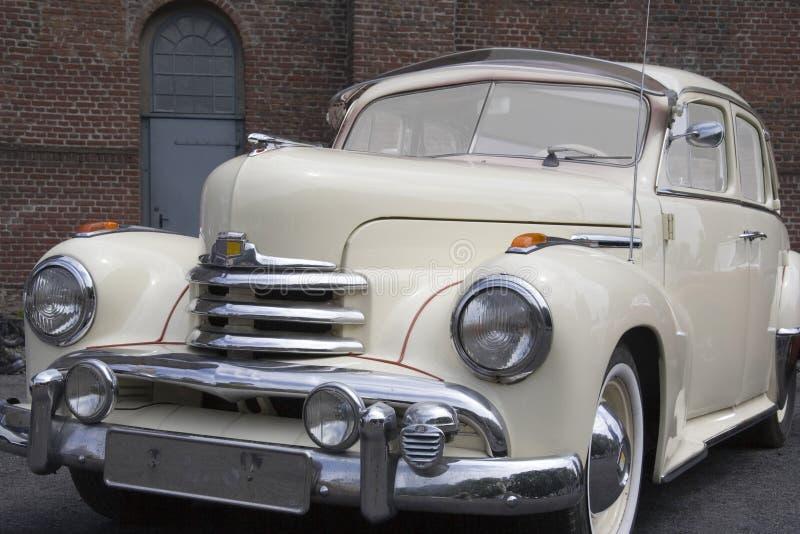 Vintage Opel Kapitaen na frente de uma casa velha imagem de stock royalty free