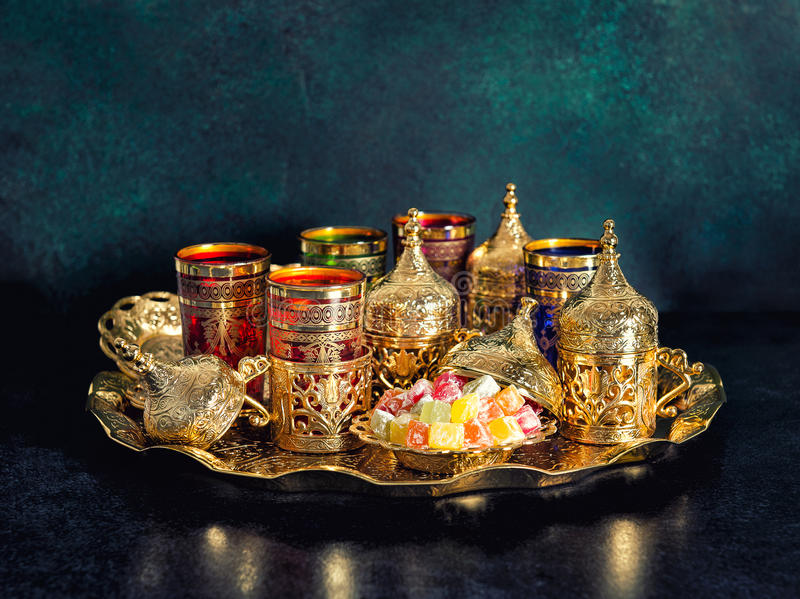 Vintage oriental del Ramadán de la hospitalidad de los platos de oro de la tabla de té foto de archivo libre de regalías
