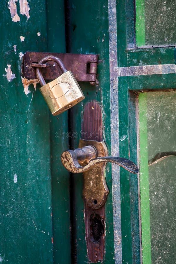 Free Vintage Padlock Handle At Green Door Stock Photography - 32286852