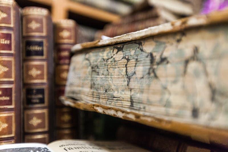 Vintage, pila anticuaria de los libros en superficie de madera imagen de archivo libre de regalías